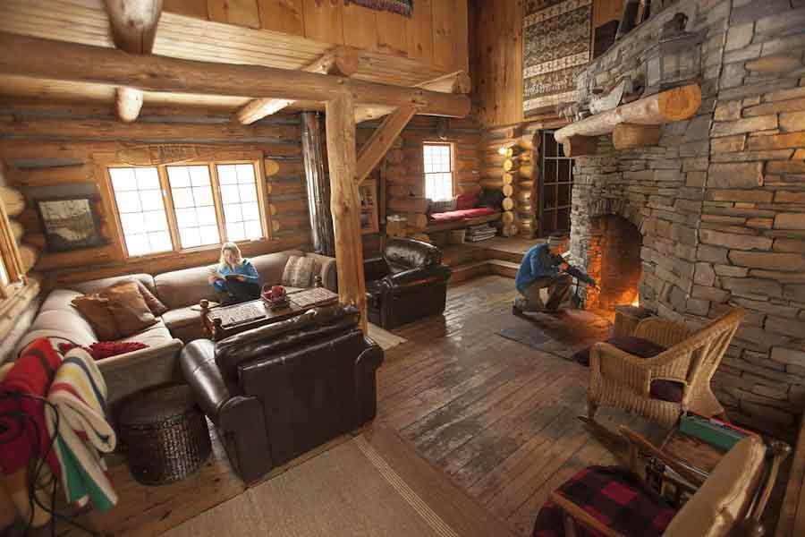 Algonquin-log-cbain-living-room--Voyageur-Quest